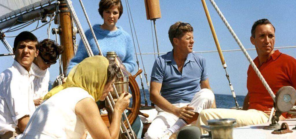 John F. Kennedy in einem Polohemd